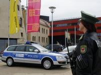 německá policie-uniformy a auto