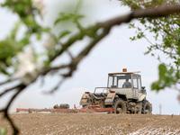 Traktor na poli. Ilustrační foto.