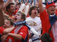 Fotbaloví fanoušci na Staroměstském náměstí
