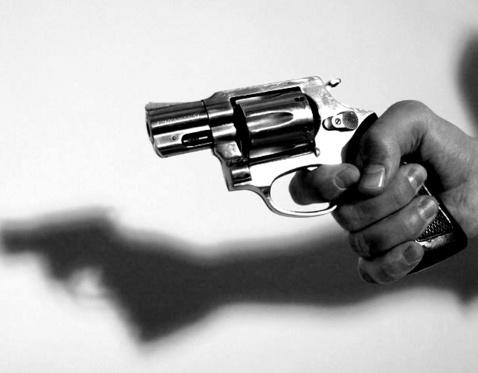 http://img.aktualne.centrum.cz/166/93/1669393-revolver-strelba-zastrelil-vrazda-utok-utocnik-pistole-kriminalita.jpg