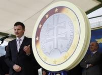 Slovenský ministr financí Ján Počiatek s eurem
