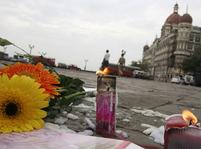 Květiny a svíčky před hotelem Tádž Mahal v Bombaji