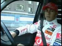 Lewis Hamilton si sedl za volant taxiku