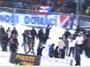 """<b>22. 2.</b> - Policie opustila stadiony, už první zápas byla mela </b> - Hned první zápas fotbalové sezóny, který měl prověřit nová bezpečnostní pravidla na stadionech, poznamenaly excesy výtržníků. <br>Rizikový duel mezi 1. FC Brno a Baníkem Ostrava vůbec poprvé nedozorovali policisté. Ti podle nových pravidel už na stadionu být nemají. O klid se má starat pořadatelská služba daného klubu.<br>Nový zákon přitom říká, že na stadionu má policie zasáhnout až tehdy, když o to pořadatel sám požádá - že už bezpečnostní situaci nezvládá.Přesně to se v neděli v Brně stalo. Policie musela zasahovat hned dvakrát. <br><b>Další podrobnosti si </b><A href=""""http://aktualne.centrum.cz/domaci/zivot-v-cesku/clanek.phtml?id=630269""""><b>připomeňte ve článku zde</b></A>"""