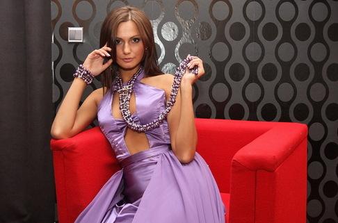 Zkoušení šatů v butiku Marie Zelené - Eliška Bučková