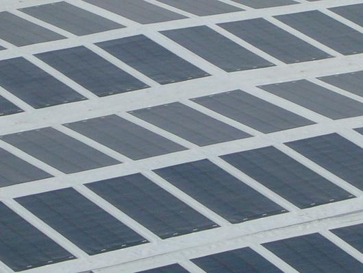 544 čtverečních metrů fotovoltaických článků lape sluneční paprsky...