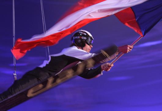 """<b>18. 2. - Liberec se stal srdcem lyžování</b> -  Česká republika se oficiálně stala zemí, za níž se jako přídomek můžu psát """"dějiště mistrovství světa v klasickém lyžování"""". Liberec hostí lyžařskou elitu; ve středu večer zažil slavnostní zahajovací ceremoniál. <br>Vkusně pojaté pyrotechnické efekty, vtipně vyřešený kruh na ledové ploše, po kterém se pohybovali účinkující na bruslích, laserová show. To vše korunoval stylizovaný přelet skokana na lyžích přes celou arénu s českou vlajkou.<br><b>Další podrobnosti si </b><A href=""""http://aktualne.centrum.cz/sportplus/ostatni-sporty/ms-v-liberci/zakulisi-z-liberce/clanek.phtml?id=629969""""><b>připomeňte ve článku zde</b></A>"""
