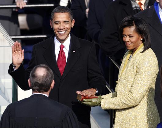 """<b>20. 1. - Barack Obama složil slib</b> - Barack Obama se stal čtyřiačtyřicátým prezidentem Spojených států. Krátce po poledni washingtonského času složil na schodech Kapitolu (sídlo Kongresu) slavnostní přísahu (na snímku s ním manželka Michelle).<br>Před svou inaugurací vyzval Američany, aby se sjednotili a nezůstali uprostřed hospodářských problémů nečinní. <br><b>Další podrobnosti si </b><A href=""""http://aktualne.centrum.cz/zahranici/amerika/clanek.phtml?id=627512""""><b>připomeňte ve článku zde</b></A>"""