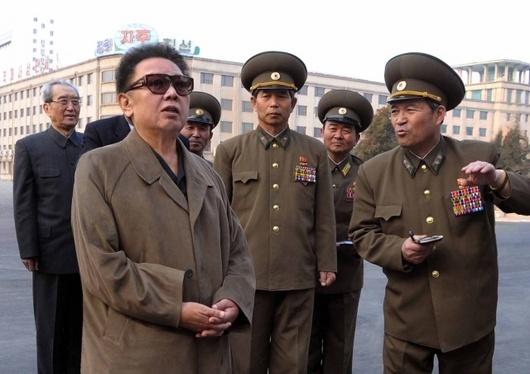 """<b>25. 5. - Komunistická Korea straší</b> - Režim v Pchjongjangu oficiálně oznámil, že Korejská lidově demokratická republika 25. května úspěšně provedla další podzemní jadernou zkoušku jako součást opatření k posílení její nukleární síly na sebeobranu.<br>Jaderný test vyvolal okamžitou reakci ve světě. Korejský prezident I Mjong-bak nejdříve svolal mimořádné jednání vlády v Soulu a Japonsko oznámilo, že bude žádat urychlenou schůzi Rady bezpečnosti OSN.<br><b>Připomeňte si tuto událost <A href=""""http://aktualne.centrum.cz/zahranici/asie-a-pacifik/clanek.phtml?id=638182"""">ve článku zde</A></b>"""