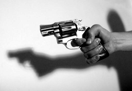 """<b>8. 3. - Největší hromadná vražda v Česku</b> - Na Ostravsku se odehrála tragédie. Jednačtyřicetiletý Makedonec Rajf Kačar přišel hodinu po sobotní půlnoci do petřvaldské restaurace Sokol, kde slavil otec jeho bývalé přítelkyně padesátiny. Muž zastřelil krátkou střelnou zbraní oslavence, jeho manželku, pak jejich čtyřiadvacetiletou dcerou, která s ním dříve několik let žila a porodila mu dvouletou holčičku. Nakonec zastřelil i čtyřiatřicetiletého přítele bývalé partnerky. Pak se sám střelil do hlavy.<br><b>Další podrobnosti si </b><A href=""""http://aktualne.centrum.cz/domaci/kauzy/clanek.phtml?id=631899""""><b>připomeňte ve článku zde</b></A>"""
