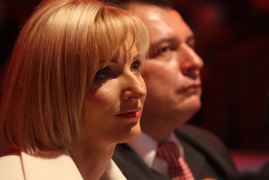 """<b>3. 7. - Paroubková prohrála soud</b> - Petra Paroubková, manželka předsedy ČSSD, prohrála spor s týdeníkem Mladá fronta Plus. Městský soud v Praze rozhodl, že se jí vydavatelství nemusí omlouvat za její polonahou karikaturu.<br>Týdeník loni otiskl karikaturu Paroubkové, jak souloží s manželem a na sobě má podprsenku a dlouhé rukavice. <br>Soudkyně Dagmar Stamidisová uvedla, že žalobkyně neprokázala, jakým způsobem zasáhla karikatura do jejích osobnostních práv. Paroubková se prý nemůže podobným věcem divit, když například její výraz """"sexy mozek"""", který použila v souvislosti se svým mužem, vstoupil do povědomí a je obecně známý.<br><b>Podrobnosti si <A href=""""http://aktualne.centrum.cz/domaci/soudy-a-pravo/clanek.phtml?id=641549"""">připomeňte ve článku zde</A></b>"""