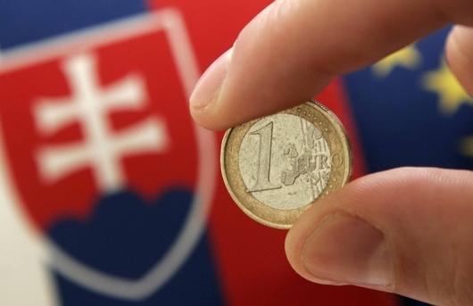"""<b>1. 1. - Slovenské euro</b> - Čtyři roky poté, co bývalá vláda na Slovensku schválila strategii přijetí eura, se nová měna stala realitou a koruna skončila v propadlišti dějin.<br>Slovensko se stalo šestnáctou zemí eurozóny a tamní politici si mohli říci: Splnili jsme všechny termíny, které jsme si předsevzali.<br>Na snímku slovenské euro v ruce slovenského ministra financí Jana Počiatka.</br><b>Další podrobnosti <A href=""""http://aktualne.centrum.cz/zahranici/clanek.phtml?id=626094"""">si připomeňte ve článku zde</A></b>"""