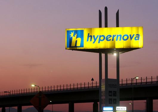 """<b>2. 7. - Hypernovy končí</b> - Společnost Ahold dokončila přeměnu svých 56 hypermarketů Hypernova na Albert hypermarkety. Změna značky začala v polovině dubna a probíhala za provozu. """"Cílem bylo sjednotit značku našich supermarketů a hypermarketů,"""" vysvětluje mluvčí Aholdu Libor Kytýr. Už dříve avizovaná přeměna měla původně skončit do loňského prosince, nabrala ale zpoždění.<br>Kromě nového názvu a loga mají bývalé Hypernovy také pozměněnou vnitřní vizuální podobu. <br><b>Podrobnosti si <A href=""""http://aktualne.centrum.cz/finance/nakupy/clanek.phtml?id=641285"""">připomeňte ve článku zde</A></b>"""