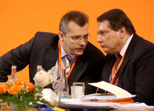 """<b>18. 4. - Tvrdíkův comeback</b> - ČSSD oznámila plán vyhrát podzimní předčasné volby. A jednomyslně se shodla na tom, že kampaň povede Jaroslav Tvrdík. Tvrdík není žádným nováčkem, sociálním demokratům, přesněji Jiřímu Paroubkovi radí už řadu let. V očích oranžových zazářil loňskou kampaní, která vedla k drtivému úspěchu ČSSD v krajských i senátních volbách. <br><b>Další podrobnosti si </b><A href=""""http://aktualne.centrum.cz/domaci/politika/clanek.phtml?id=635032""""><b>připomeňte ve článku zde</b></A>"""