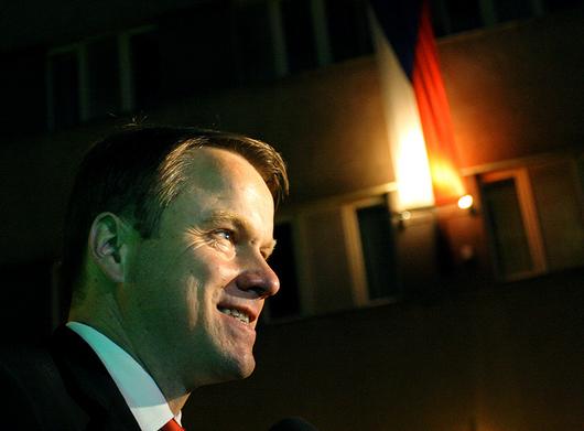 """<b>9. 6. - Bursík končí, Liška nastupuje</b> - Martin Bursík rezignoval na funkci předsedy Strany zelených. Předsednictvo strany hned pověřilo dočasným vedením partaje 1. místopředsedu Ondřeje Lišku.<br>Bursík tak reagoval na volební propad strany ve volbách do Evropského parlamentu, kde zelení získali pouze 2,1 procenta. """"Vnímám to tak, že nesu primární odpovědnost za výsledek strany ve volbách. Není to tak, že bych utíkal z politiky nebo se zříkal odpovědnosti,"""" vysvětlil Bursík.<br><b>Podrobnosti si <A href=""""http://aktualne.centrum.cz/domaci/politika/eurovolby/cesko/clanek.phtml?id=639470"""">připomeňte ve článku zde</A></b>"""