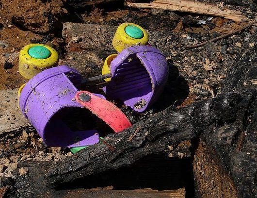 Spálené trámy a nepoškozená plastová kolečková brusle?