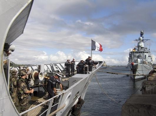 """<b>16. 4. - Smrt pirátů</b> - Scénář akčního filmu z hollywoodské produkce připomínala noční operace, při níž příslušníci amerického námořnictva osvobodili z rukou somálských pirátů kapitána Richarda Phillipse. <br>Piráti jej drželi na svém člunu od středy a výměnou za jeho propuštění žádali dva miliony dolarů. Poblíž člunu hlídkoval americký torpédoborec USS Bainbridge, vybavený střelami s plochou dráhou letu. <br>Pro zásah se Američané rozhodli ve chvíli, kdy vyjednávání o osudu kapitána krachovalo. Somálci odmítli souhlasit s tím, že se nechají zajmout a postavit před soud. <br>Na snímku vidíte francouzskou loď Nivose, součást patroly NATO v oblasti, která přivezla do keňské Mombasy jedenáct zadržených pirátů.<br><b>Další podrobnosti si </b><A href=""""http://aktualne.centrum.cz/zahranici/afrika/clanek.phtml?id=634577""""><b>připomeňte ve článku zde</b></A>"""