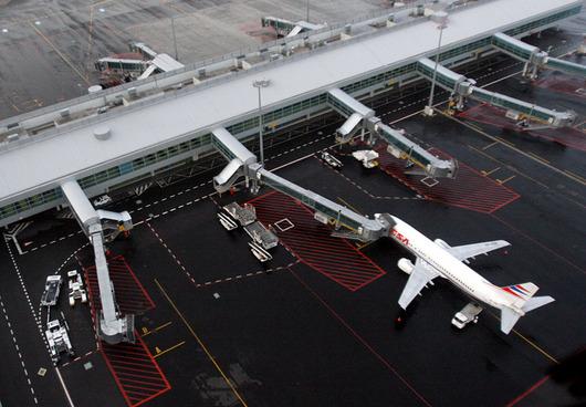"""<b>21. 5. - ČSA prohlubují ztrátu</b> - České aerolinie se v prvním čtvrtletí propadly do ztráty 1,318 miliardy korun před zdaněním. To je téměř o půl miliardy horší výsledek než loni. <br>Vyplývá to z tiskové zprávy firmy. Důvodem je podle ČSA """"bezprecedentní"""" pokles počtu cestujících o 12 procent. Celkem firma přepravila 945 tisíc pasažérů. """"Co se týče počtu pasažérů, vracíme se někam o čtyři roky zpět,"""" uvedl na tiskové konferenci prezident firmy Radomír Lašák. <br><b>Připomeňte si tuto událost <A href=""""http://aktualne.centrum.cz/ekonomika/doprava/clanek.phtml?id=637891"""">ve článku zde</A></b>"""