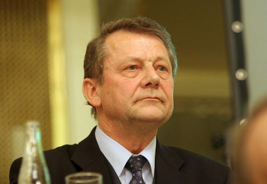 """<b>26. 9. - Poslanec TOP 09 Šustr končí, byl ochoten vzít úplatek</b> - Dlouholetý poslanec lidovců Ladislav Šustr (na snímku), který se po rozkolu v KDU-ČSL objevil letos jako nestraník na kandidátce  TOP 09,  se rozhodl skončit v politice. Rezignoval také na post v dozorčí radě společnosti Sazka. <br>Rezignaci na poslanecký mandát oznámil časně ráno a udělal to jenom několik hodin poté, co se objevila zpráva z dnešního vydání MF DNES, že byl ochoten vzít až miliónový úplatek za to, že zabrání přijetí novely zákona o loteriích.<br><b>Podrobnosti si <A href=""""http://aktualne.centrum.cz/domaci/volby-2009/lide/clanek.phtml?id=648588"""">připomeňte ve článku zde</A></b>"""