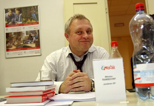 """<b>3. 2. - Ransdorf bez imunity</b> - Evropský parlament zbavil imunity Miloslava Ransdorfa (KSČM).  Europoslanci tak vyhověli žádosti českých úřadů, které chtějí politika stíhat za nehodu, při níž porazil v Praze v červnu 2007 čtyřiačtyřicetiletou ženu. Ta vyvázla jen s lehčími zraněními - oděrkami na hlavě a rukou.<br><b>Další podrobnosti si </b><A href=""""http://aktualne.centrum.cz/domaci/soudy-a-pravo/clanek.phtml?id=628687""""><b>připomeňte ve článku zde</b></A>"""
