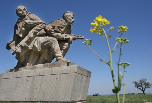 """<b>29. 4. - Z komunistické obludy je Národní památník války</b> - Původně to byl památník Ostravské operace a jak komunističtí představitelé socialistického státu zdůrazňovali, především hold Rudé armádě, osvoboditelce Čechoslováků. Nyní se změnil v Národní památník války, až je to pořád stejné železobetonové monstrum, na kterém lidé údajně dobrovolně odpracovali 123 tisíc brigádnických hodin. <br>Cena rekonstrukce se přitom podle zjištění Aktuálně.cz vyšplhala až ke 200 milionů korun.<b>Další podrobnosti si </b><A href=""""http://aktualne.centrum.cz/domaci/kauzy/clanek.phtml?id=637332""""><b>připomeňte ve článku zde</b></A>"""