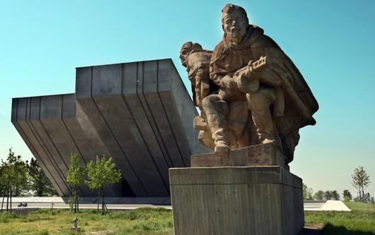 Hrabyňský Památník ostravské operace byl prvně otevřen roku 1980 jako součást Muzea revolučních bojů. Na místě nejkrutější bitvy ze dnů osvobození Slezska měl připomínat hrůzné události války. Mementem má zůstat dodnes. Chátrající stavba se ale ukázala v  horším technickém stavu, než se počítalo v zadání projektu. Na jeho rekonstrukci bylo vyčleněno v roce 2002 původně 110 milionů korun, ale rozpočet se téměř zdvojnásobil.
