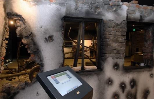 ...ale také makety rozbombardovaných domů Slezska, kde si s pomocí interaktivního monitoru můžete vyhledat spoustu dobových souvislostí.
