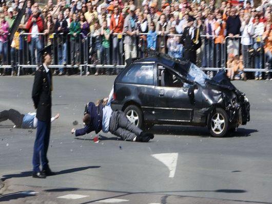 """<b>30. 4. - Atentát na královnu</b> - Holandská královna Beatrix přežila pokus o atentát, tvrdí nizozemská policie.<br>Do davu lidí, kteří se shromáždili u silnice, po které královna sdalšími členy rodiny projížděla, totiž ve vysoké rychlosti narazilo auto. Při srážce zemřeli čtyři lidé a dalších 13 bylo zraněno, z toho pět vážně.<br><b>Další podrobnosti si </b><A href=""""http://aktualne.centrum.cz/zpravy/krimi/clanek.phtml?id=636206""""><b>připomeňte ve článku zde</b></A>"""