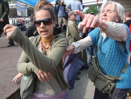 """<b>1. 5. - Prvomájová vřava</b> - Na 1. máj bylo v ulicích Prahy i Brna rušno. Velké akce naplánovali nejen politické strany, ale i neonacisté či anarchisté.<br>O první větší rozruch se postaralo asi deset gymnazistů, kteří narušili manifestaci komunistů na pražském Výstavišti. Když měl projev předseda strany Vojtěch Filip, prošli před pódiem s protikomunistickým transparentem. Filipův projev na chvilku přerušili. """"Já respektuji názor této skupinky lidí, kteří nevědí, co je práce,"""" reagoval vzápětí Filip.<br><b>Připomeňte si tuto událost <A href=""""http://aktualne.centrum.cz/domaci/soudy-a-pravo/clanek.phtml?id=635534"""">ve článku zde</A></b>"""
