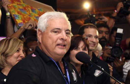 """<b>4. 5. - Majitel supermarketů prezidentem</b> - Novým panamským prezidentem bude pravicový politik, podnikatel a majitel sítě supermarketů v jedné osobě. Ve volbách porazil Ricardo Martinelli (na snímku) ze Strany demokratické změny svoji rivalku Balbinu Herrerovou, kandidátku Revoluční demokratické strany.<br>Pro konzervativce Martinelliho hlasovalo 60,63 procent voličů, pro Herrerovou 36,85 procent.<br><b>Připomeňte si tuto událost <A href=""""http://aktualne.centrum.cz/zahranici/amerika/clanek.phtml?id=636396"""">ve článku zde</A></b>"""