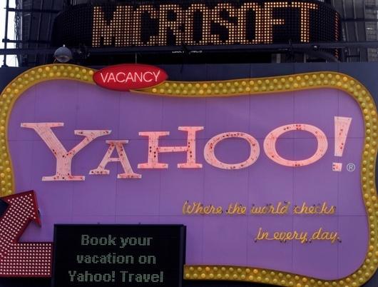 """<b>29. 7. - Yahoo jde s Microsoftem proti Google</b> - Ani dvojí odmítnutí ze strany Yahoo neukončilo námluvy této společnosti s gigantem Microsoft. Obě firmy dnes oznámily, že se napotřetí dohodly na partnerství v oblasti internetového vyhledávání a reklamy.<br>Smysl je jediný: oslabit pozici Googlu, který je bezkonkurenční jedničkou v oblasti internetového vyhledávání - a tedy na trhu s internetovou reklamou.<br>V rámci nového partnerství obou společností se vyhledávač Bing od Microsoftu stane exkluzivním vyhledávačem na stránkách Yahoo. <br><b>Podrobnosti si <A href=""""http://aktualne.centrum.cz/ekonomika/business-ve-svete/clanek.phtml?id=643621"""">připomeňte ve článku zde</A></b>"""