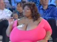 Největší přírodní prsa na světě má Američanka