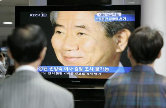 """<b>23. 5. - Jihokorejský exprezident se zabil</b> - Bývalý prezident Jižní Koreje Ro Mu-hjon (na obrazovce) spáchal sebevraždu - skočil do rokle během vycházky do hor nedaleko svého domu na jihovýchodě země. <br>Podle jihokorejských médií Ro zanechal dopis na rozloučenou. Důvodem jeho činu byl zřejmě korupční skandál, kvůli němuž byl Ro v poslední době vyšetřován. <br><b>Připomeňte si tuto událost <A href=""""http://aktualne.centrum.cz/zahranici/asie-a-pacifik/clanek.phtml?id=638104"""">ve článku zde</A></b>"""
