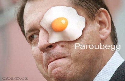 Paroubek a vejce: Paroubek-egg. Aféra už se stala terčem vtipálků a nejrůznějších koláží.
