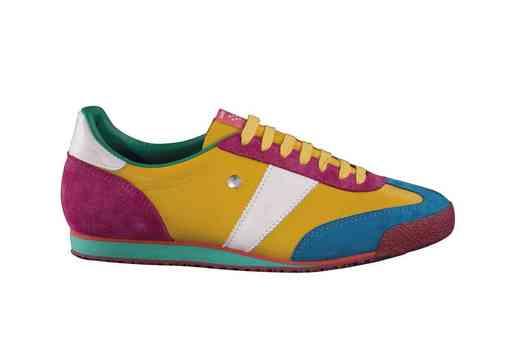 """<b>7. 6. - Baťa a Botas oživili legendu</b> - Díky mladým designérům ožívá stará značka sportovních bot Botas. Dvanáct nových modelů, většinou výrazně barevných, je od tohoto týdne k dostání výhradně v síti prodejen Baťa. Zároveň jde o vůbec první spolupráci těchto tradičních značek.<br>""""Českých symbolů na našem trhu ubývá, a tak bychom si jich měli vážit a podporovat je,"""" říká marketingový ředitel Bati Radek Hrachovec. Firmy prezentují nové modely jako designovou a do značné míry exkluzivní záležitost, čemuž odpovídá i cena kolem 1600 korun. <br><b>Podrobnosti si <A href=""""http://aktualne.centrum.cz/finance/nakupy/clanek.phtml?id=639197"""">připomeňte ve článku zde</A></b>"""