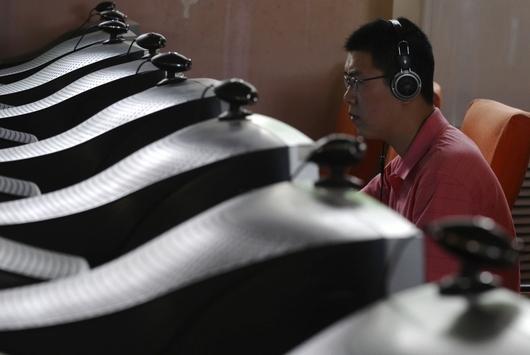"""<b>29. 3. - Čínská kyberšpionáž</b> - Rozsáhlou špionážní síť, která se nabourávala do počítačů po celém světě, odhalila skupina kanadských počítačových odborníků.<br>Experti ze střediska Munk Center a think tanku SecDev ve své zprávě, na kterou poprvé upozornilo víkendové vydání amerického deníku New York Times, tvrdí, že se hackeři dostali do 1 295 komputerů ve 103 zemích. Kromě ministerstev zahraničí a ambasád piráti napadali také počítače tibetského duchovního vůdce dalajlamy.<br>Snímek je ilustrační.<br><b>Další podrobnosti si </b><A href=""""http://aktualne.centrum.cz/zahranici/amerika/clanek.phtml?id=633300""""><b>připomeňte ve článku zde</b></A>"""