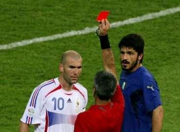 Francie - Itálie: Zidane dostává červenou kartu