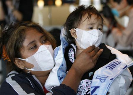 """<b>25. 4. - Mexiku hrozí pandemie, smrtící vir se šíří do světa</b> - Dosud málo známý a prozkoumaný vir prasečí chřipky A/H1N1 paralyzoval život v Mexiku a šíří se do Spojených států.<br>Dosud v Mexiku podlehlo nákaze dvacet lidí a velmi pravděpodobně i 48 dalších, jejichž ostatky lékaři teprve prozkoumají.<br>Virus pochází z vepřů, ale je přenosný i z člověka na člověka. Mexická vláda proto uzavřela všechny školy a kina v metropoli a jejím okolí.<br><b>Další podrobnosti si </b><A href=""""http://aktualne.centrum.cz/zpravy/clanek.phtml?id=635703""""><b>připomeňte ve článku zde</b></A>"""