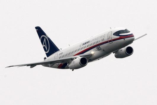 """<b>17. 6. - Rusové prvně ukázali Suchoj Superjet</b> - Pařížský aerosalon byl místem, kde Rusové poprvé předvedli Suchoj Superjet 100 - první stroj od roku 1991, který má hrát klíčovou roli v revitalizaci civilního leteckého průmyslu v Rusku.<br>Superjet 100 je menším letadlem pro 78 až 98 pasažérů, měří na délku necelých třicet metrů. Bude tedy konkurovat strojům jako jsou brazilský Embraer EMB 145 nebo kanadský Bombardier CRJ 700. <br><b>Podívejte se na snímky <A href=""""http://aktualne.centrum.cz/zpravy/clanek.phtml?id=640157"""">stroje, na jehož vzniku se podílely kromě ruských také italské a francouzské firmy </A></b>"""