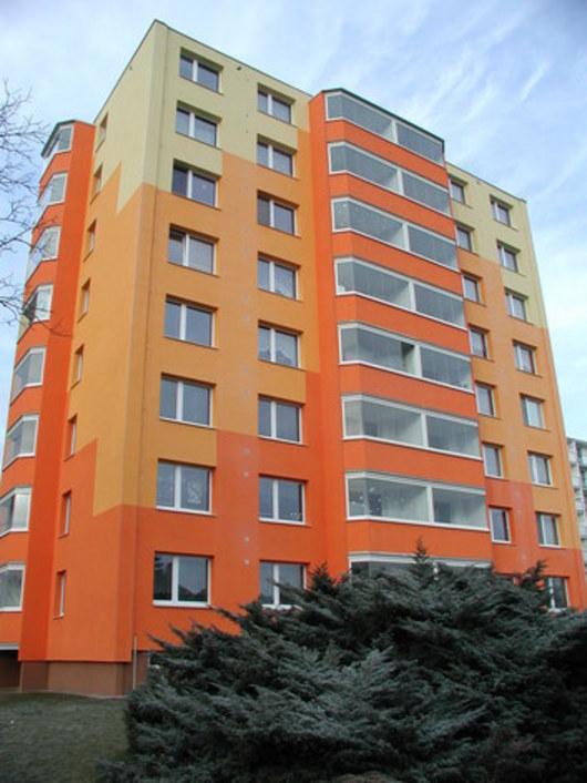 To je on - vítěz soutěže Panelák roku 2008. Najdete jej v přerovské ulici Osmek. Porota hodnotila nejen umělecký dojem, ale také komplexnost oprav, rozpočtové náklady či dosaženou úsporu energie.