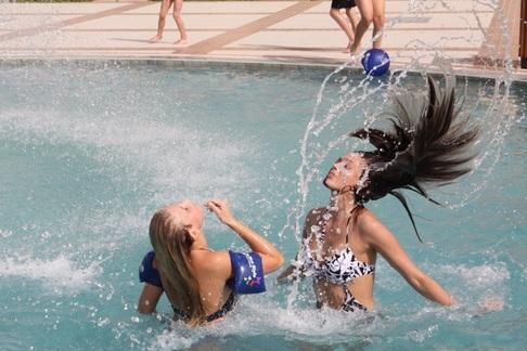 Semifinalistky Miss ČR dováděly v bazénu