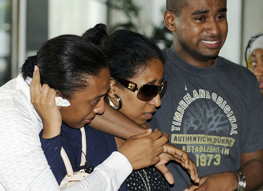 """<b>30. 6. - Další tragický pád Airbusu</b> - Poblíž Komorských ostrovů v Indickém oceánu se v časných ranních hodinách zřítil airbus jemenských aerolinek. Na palubě bylo podle agentury Reuters 142 cestujících a 11 členů posádky.<br>První informace nedávaly naděje na přežití. Záchranáři záhy zahlédli trosky letounu v moři a mrtvá těla. <br>Po několika hodinách však přišla zpráva, že se podařilo nalézt přeživšího pasažéra. Nehodu přežila čtrnáctiletá dívka, která byla okamžitě převezena do nemocnice, její stav ale nebyl vážný.<br><b>Podrobnosti si <A href=""""http://aktualne.centrum.cz/zahranici/afrika/clanek.phtml?id=641227"""">připomeňte ve článku zde</A></b>"""