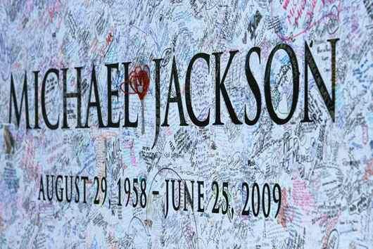 """<b>25. 6. - Král je mrtev</b> - Král světového popu Michael Jackson zemřel. Jackson byl po akutní srdeční příhodě naléhavě převezen na kliniku UCLA v kalifornském Los Angeles a zde byl po několika pokusech o oživení prohlášen za mrtvého.<br>Zpěvák byl v kómatu už při příjezdu na kliniku a lékaři ho nemohli zachránit. <br><b>Podrobnosti si <A href=""""http://aktualne.centrum.cz/zpravy/clanek.phtml?id=640924"""">připomeňte ve článku zde</A></b><br><br><b>První z analýz pak<A href=""""http://aktualne.centrum.cz/zpravy/clanek.phtml?id=640937"""">naleznete ve článku zde</A></b>"""