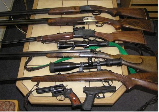 """<b>5. 8. - Češi odevzdali zbraně</b> - Zbraňová amnestie, která skončila 31. července, byla podle policie úspěšná. Lidé během půl roku odevzdali celkem 7897 nelegálně držených zbraní, tedy více než při obdobných akcích v letech 1996 a 2003.<br>Policistům nosili lidé převážně zbraně z kategorie C, což jsou například opakovací nebo samonabíjecí dlouhé zbraně a plynové zbraně.<br><b>Podrobnosti si <A href=""""http://aktualne.centrum.cz/domaci/zivot-v-cesku/clanek.phtml?id=644234"""">připomeňte ve článku zde</A></b>"""