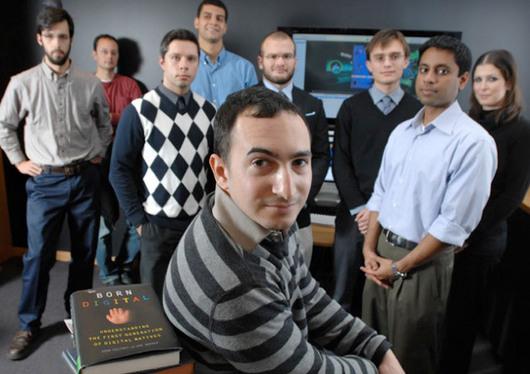 """<b>3. 8. - Za sdílení 30 písniček obří pokuta</b> - Americké filmové a nahrávací společnosti pokračují v ofenzivě proti stahování z internetu. Nejnovějším exemplárním zákrokem, který má odradit od """"bezplatného"""" pořizování filmů a hudby, je trest pro amerického studenta Joela Tenenbauma, na kterého podaly žalobu.<br>Soud v Bostonu mu nyní nařídil, aby za nelegální sdílení hudby zaplatil čtyřem nahrávacím studiím pokutu 675.000 dolarů (12,2 milionu korun).<br>Pětadvacetiletý student bostonské univerzity přiznal, že stáhl a dále na síti poskytoval přes program Kazaa 30 písniček, mimo jiné od Nirvany nebo Green Day. Hudební firmy vyčíslily škody, které jim způsobil, na 750 až 30 000 dolarů za skladbu.<br><b>Podrobnosti si <A href=""""http://aktualne.centrum.cz/kultura/hudba/clanek.phtml?id=644038"""">připomeňte ve článku zde</A></b>"""