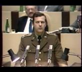 """<b>1. 12. - Před 20 lety posílal tanky na Prahu. Dnes je milionářem</b> - Přesně před dvaceti lety, dva týdny od zahájení sametové revoluce, vystoupil přítel expremiéra Miloše Zemana Zdeněk Zbytek na sjezdu rolníků a nabídl svoje tanky k obraně socialismu.<br>Dnes se ke svým slovům příliš nemá. Tvrdí, že žádné tanky do Prahy nikdy poslat nechtěl. Muž, který patří mezi milionáře s excelentními kontakty na Rusko, prý pouze mluvil o tom, že je ochoten pomoci rolníkům na polích.<br>Omluvte špatnou kvalitu snímku se Zdeňkem Zbytkem, byl pořízen z videozáznamu.<br><b>Připomeňte si tuto událost <A href=""""http://aktualne.centrum.cz/domaci/kauzy/clanek.phtml?id=653797"""">ve článku zde</A></b>"""