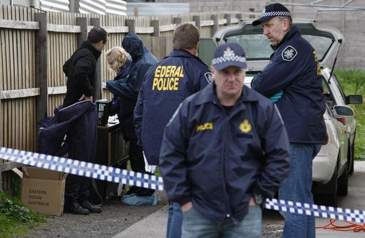 """<b>4. 8. - Austrálie zmařila útok teroristů </b>- Australská policie zmařila plány na teroristický útok v zemi. V úterních ranních hodinách provedla zátah v Melbourne, během něhož pozatýkala čtyři osoby, které podle ní chystaly teroristickou akci. <br>Podle policejního prohlášení byly přípravy na útok v pokročilém stadiu a jeho cílem měla být vojenská základna.<br> Mezi zatčenými jsou Australané somálského a libanonského původu. <br>Na snímku jsou policisté a forenzní experti před domem v Glenroy na předměstí Melbourne, jedním z objektů, kde razie proběhla.<br><b>Podrobnosti si <A href=""""http://aktualne.centrum.cz/zahranici/asie-a-pacifik/clanek.phtml?id=644093"""">připomeňte ve článku zde</A></b>"""