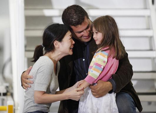 """<b>5. 8. - KLDR pustila americké novinářky</b> - Objímání, slzy a blesky z fotoaparátů. Tak vypadal návrat do vlasti dvou amerických novinářek, které byly v KLDR odsouzené na 12 let nucených prací za ilegální vstup do země. Euna Leeová (na snímku po návratu s rodinou) a Laura Lingová nakonec dostali milost.<br>Vyjednal jim ji v úterý v Pchjongjangu bývalý americký prezident Bill Clinton. Jak informovala agentura Reuters, Kim Čong-il nařídil propuštění obou žen po večeři s exprezidentem.<br><b>Připomeňte si tuto událost <A href=""""http://aktualne.centrum.cz/zahranici/asie-a-pacifik/clanek.phtml?id=644181"""">ve článku zde</A></b>"""