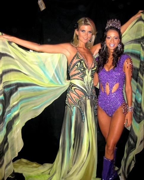 Iveta Lutovská na Miss Universe v národním kostýmu s Miss Kanada