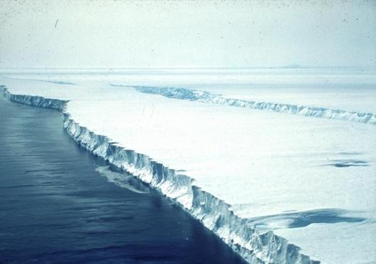 """<b>14. 8. - Rychleji, než se čekalo</b> - Jeden z největších antarktických ledovců se nyní zmenšuje čtyřikrát rychleji, než tomu bylo před deseti lety. <br> Vyplývá to ze studie satelitních obrazů uveřejněné v časopise Geophysical Research Letters.<br> Ledovec Borovicového ostrova je ledovcovým proudem, který se pohybuje rychlostí přes tři kilometry ročně. Jeho název není možné brát příliš vážně (je pojmenovaný dle americké lodi USS Pine Island), nachází se totiž ve velmi odlehlé části Antarktidy. <br><b>Podrobnosti si <A href=""""http://aktualne.centrum.cz/zahranici/asie-a-pacifik/clanek.phtml?id=644943"""">připomeňte ve článku zde</A></b>"""